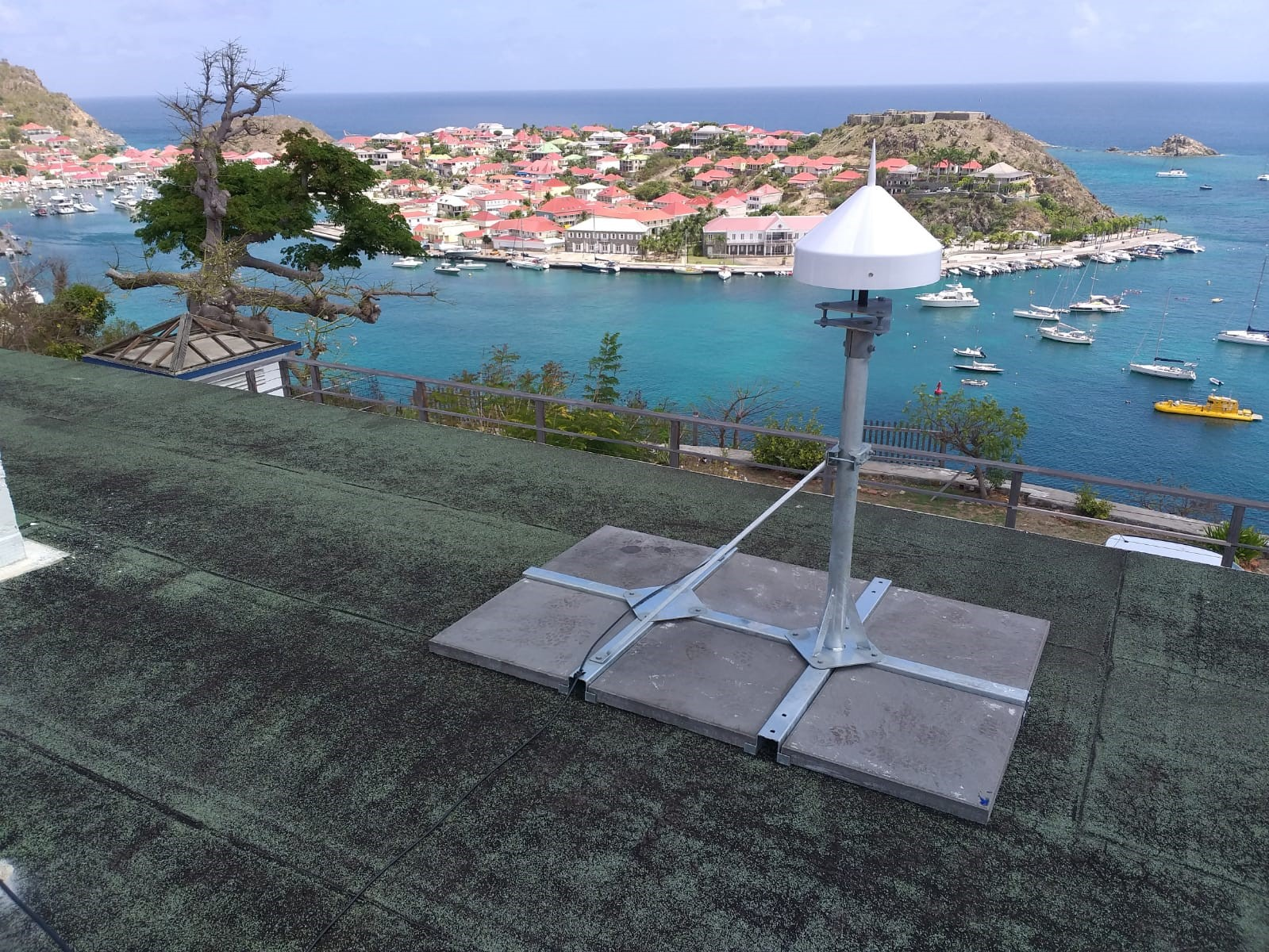 Première station GNSS TERIA installée à Saint-Barthélémy