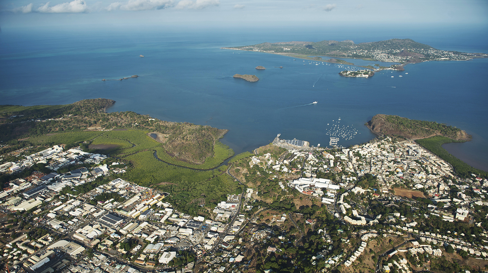 The origins of the seismic swarm in Mayotte : birth of a new submarine volcano